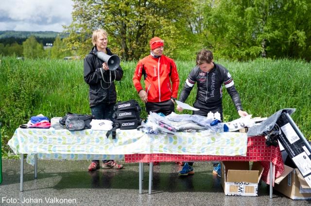 """Viared Classic Rollerski 2014, tävlingsledarna Erik Wickström, Mattias """"Z"""" Carlzon och Rickard Bergengren vid prisbordet"""