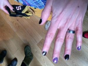 Düsseldorf-Peter Larsson hade Åres märkligaste naglar. Men han gör ett bra jobb med Stonehamnkläderna tillsammans med Fredrik Persson.