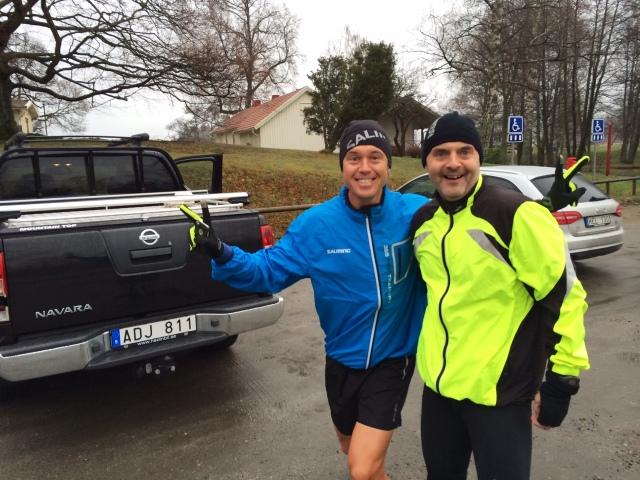Jonas Colting flankerad av sin bensinslukande bil och Peter Karlsson