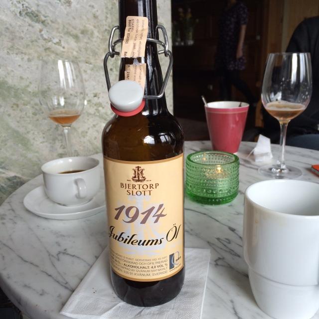 Bjertorps slott fyller hundra i år och har tagit fram ett jubileumsöl. Själv gillar jag inte öl utan håller mig till vin.