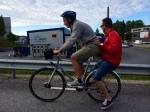 På hemvägen såg jag två vuxna män i nyktert tillstånd skjutsa varandra på en cykel. Ovanlig syn.