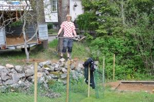 En av veckans økter var att lasta på leksand på släpet, för att sedan skotta ned den i sandlådan. En annan var att bygga staket.