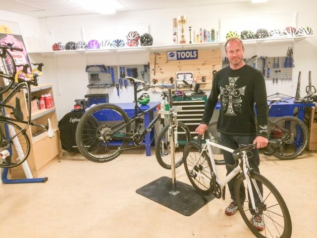 Andreas Danielsson med 150 000 kr-cykeln från Rolo Bikes