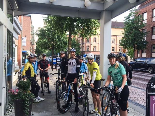 Cykelgänget utanför Scandic Hotel i soliga Borås
