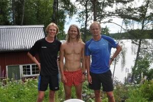 Jag, Olle Häggdahl och Karl-Johan Westberg efter en tur runt Såken. Vårt uthus/lillstuga/förråd är till vänster. Till höger kan en skarpt öga se Westbergs föräldrars nya hus en kilometer bort sjövägen.