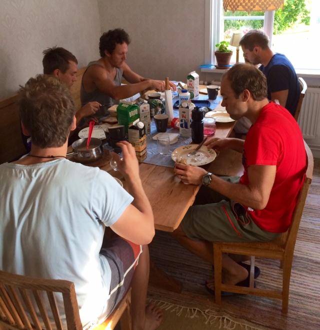 Frukosten fixar vi själva, lunch och middag äter vi ofta någon annanstans.
