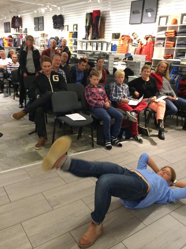Ida Ingemarsdotter visar styrkeövningar för publiken