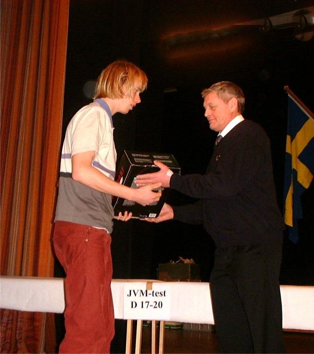 När jag blev 10:a i JVM-testet i Torsby 2000 var det mitt dittills bästa skidlopp. Överlägset. Även första gången på Cera. Jag vet inte säkert om det var Lasse Jonsson eller Per Wiik som vallade, men jag tror det var den senare.