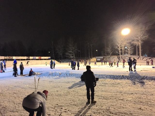 Borås skidstadion en vanlig torsdag. Det var tur vi startade skidåkningen tidigt, för sedan blev det fullt med folk.