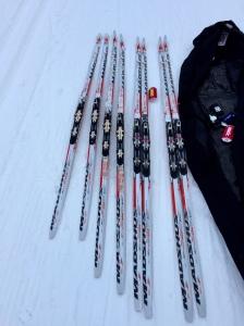 """Mina """"Åreskidor"""" som gått så bra i så många lopp inklusive Vasan förra året får nu vila fram till Vasaloppet. På skidtestet igår """"vann"""" två par av årets modeller (11:orna med kallslip och 13 med mediumslip) så det blir förmodligen att jag gör tävlingspremiär på ett nytt par på söndag. De skidorna jag vann Engelbrektsloppet (och blev 3:a i Intersportloppet) på är höga och har grov slip och går normalt enbart bra i konstsnö i plusgrader och nu kom de sist i de förhållandena, så de tog ytterligare ett steg närmare pensionen. Skejtskidorna med fin struktur kom trea."""