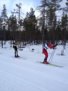 Markus Jönsson före mig och Oskar Svärd (skidspetsarna syns) i Risbergsbacken. Foto: Tobias Eriksson.