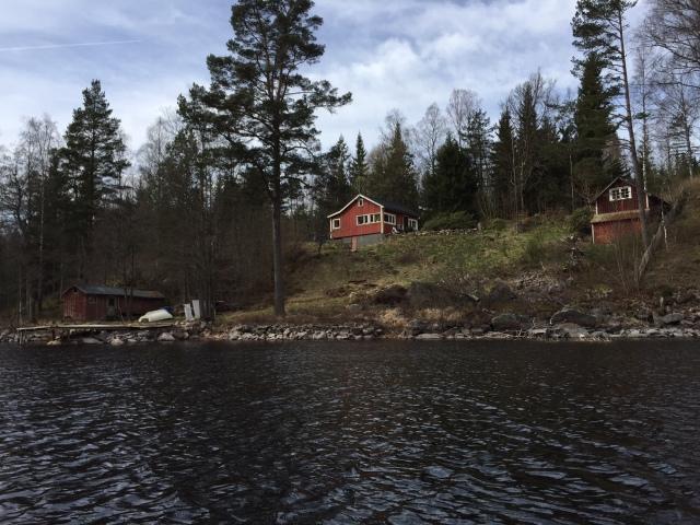 Ida stack minsann ut och gick/sprang med Maj igår. Då passade Astrid och jag på att hänga lite vid vår stuga (som ligger ca 2 km från Idas föräldrar) och premiärpaddlade kanot. Bilden visar vår stuga.