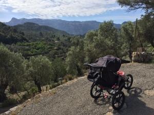 Vi har en Chariot dubbelvagn som vi använder för cykling och skidåkning. Men när jag springer brukar jag använda vår Babyjogger F.I.T. Här från Mallorca förra veckan.