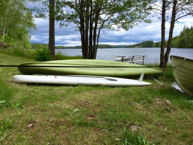 Vår marina flotta består av en SUP, en kanot och en båt. Som träning föredrar jag SUPen, men för fikautflykter är kanot bra, med att ro i båten som tvåa. Vi satte precis på en 4-hästars Mariner på Askeladen, men det är ju fusk.