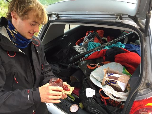 Axel har knäckebröd, hemmagjord sylt, två hängmattor, en pilbåge, ett par rullskidor och 2 kg smör i sin bil