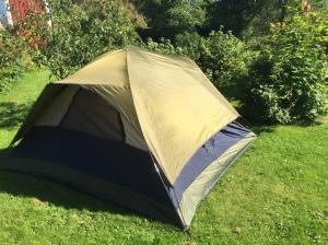 Hela familjen sov i tält natten mellan fredag och lördag. Tältet jag köpte på Walmart för 39 dollar firar snart 10 års-jubileum. Jag sov även i det natten innan jag persade med 1.12 på en halvmara i Norge