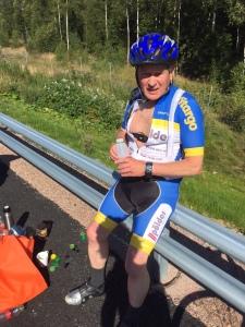 Olle Ekman kör cykelbyxorna över cykeltröjan. Ett nytt grepp!