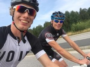 """För ett par veckor sedan var jag ute och cyklade Seglorarundan (67 km) med Jonas Tell. Jag har känt Jonas i över 10 år och tiden """"flyger alltid iväg"""" när vi tränar ihop. Vi har många lika värderingar och syn på sakernas ting. Helt enkelt en jäkligt bra träningskompis!"""