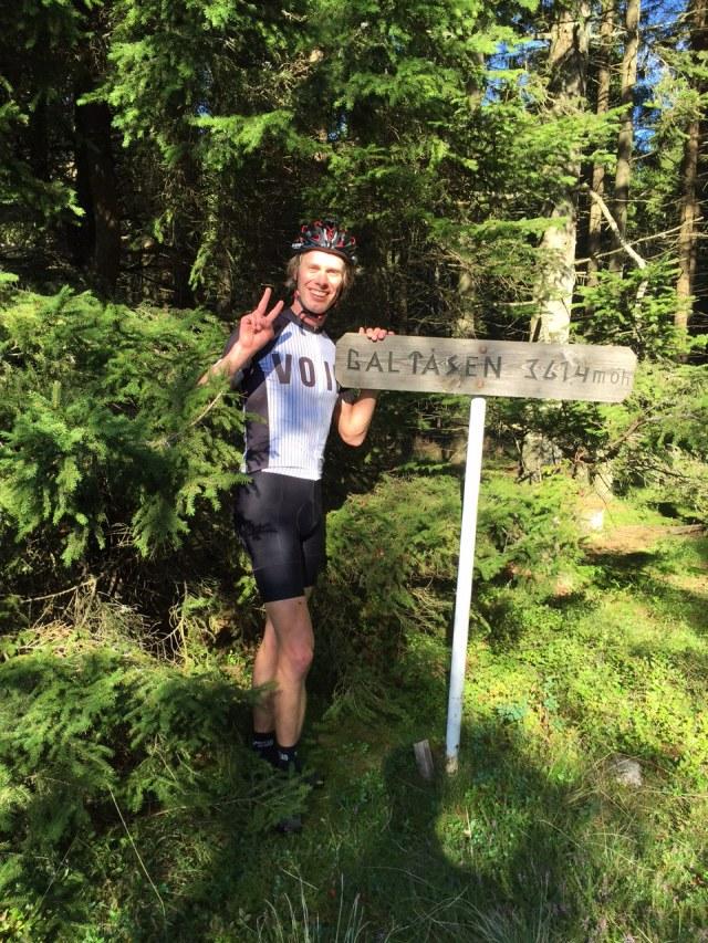 Toppen av Galtåsen är även toppen av Västergötland, 364 m ö h. Banan passerar bara ett tiotal meter från denna punkt.