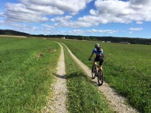 Skog blandas med fält i Västgötaloppet Cykel
