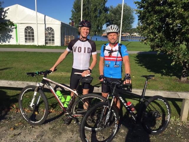 Fredrik Fridmar och jag innan 70 km med en totalstigning på 1030 meter i finfin Ulricehamnsterräng