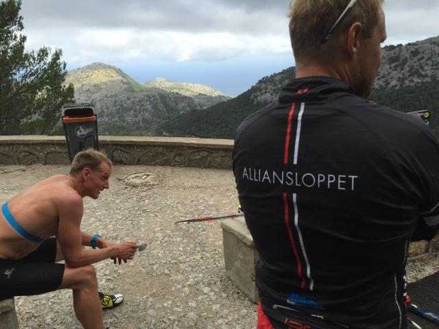 Jerry Ahlrin och Magnus Larsson från Alliansloppet på toppen vid Puig Major-stigningen