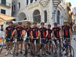 Team Santander poserar framför sin bank