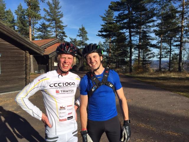 Jag och Robert Carlsson på toppen Tossebergsklätten efter avslutat pass. Robban är bäst bland åkarna i CCC1000 med en 176:e-plats i Vasaloppet i vintras. I Tosseberg var han 22 s efter mig på första (på 2:or), men kroknade lite sen.