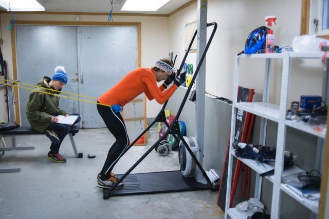 Johan Olsson kör SkiErg med gummiband i sitt garage, och jag tar anteckningar. Foto: Luca Mara.
