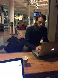Luca och jag har datadejt på flygplatsen i Östersund