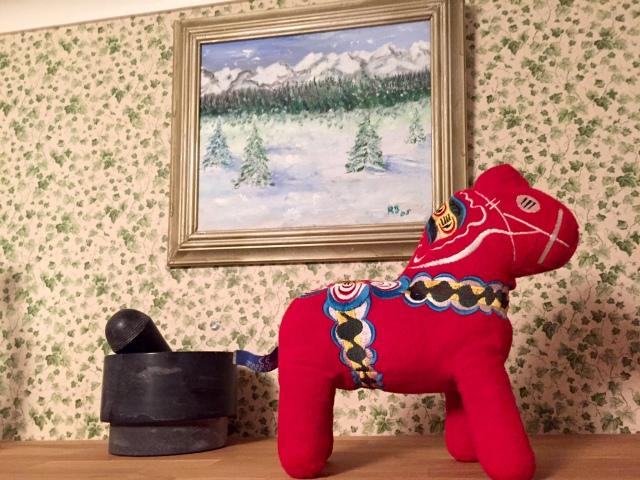Mora-Nisse är med på resan och stod och glänste vid morteln och en tavla igår.