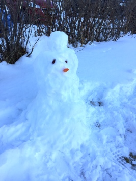 Min mor och Astrid byggde den här snögubben då det var plusgrader mitt på dagen