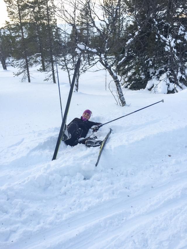 En rolig del av tekniklektionerna är momentet med utförsåkning. Här är det Ulrika Magnusson som inspekterar snödjupet.