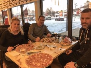 Efter loppet-Hawaiin intogs på Pizzeria Varpan med Anna-Karin, Z och Palm.