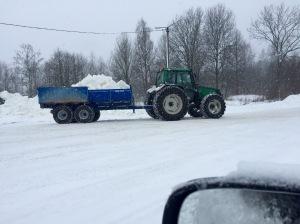 Igår var spåret 2,5 km på Borås skidstadion. Och de höll på att köra ut mer snö!