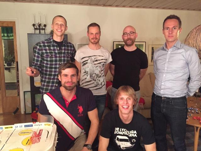 6 av 7 spelare från Bordshockey-VM 22 dec 2015 (Erik Thiberg tog bilden). Övre raden fr v: Martin Josefsson, Bizze Wing, Tobias Magnusson, Robin Liljeros. Främre raden fr v: Robert Malmgren, Erik Wickström.