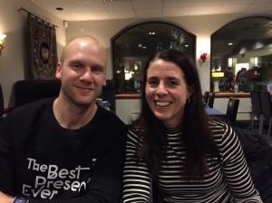 Middag med klubben dagen innan loppet på ett Kina-/Thiahak i Falun. På bilden Emil Ekman samt Catharina Ramhult, som fyller 50 år i år och gjorde ett magiskt lopp och blev 5:a i D21.