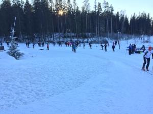 Uppvärmningsspåret var ungefär lika långt som en simbassäng, men det gick bra ändå. Till höger i bild Johannes Andersson, IF Ski Team Skåne