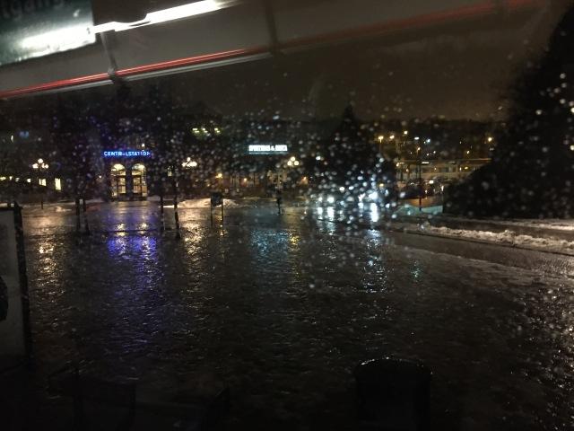 Det blev inte fakirtåget kl 05.54 idag, utan buss kl 06.32 och sedan byte i Alingsås. Jag ska erkänna att det sved lite att missa förra veckans träning då det var fina förutsättningar på Borås natursnöspår. Nu är vintern mer traditionsenlig med regn och plus tre. Bilden genom rutan på bussen på centralstationen.