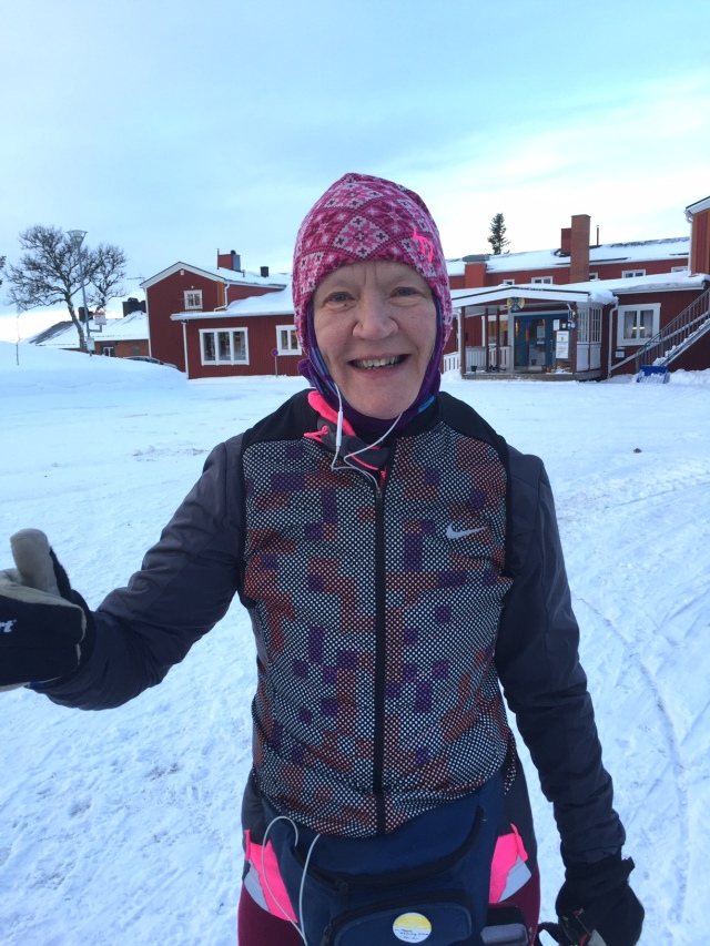 Marie Schörling Eriksson, som tidigare gått i min skidskola i Borås, är alltid glad och bjuder på sig själv. Vi samåkte upp och ner.