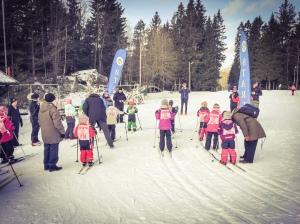 Barnens Vasalopp vid Hestrastugan. Det fanns 300 m, 1 km och 2,5 km. Astrid åkte 1 km. Här vid starten av 300 m.