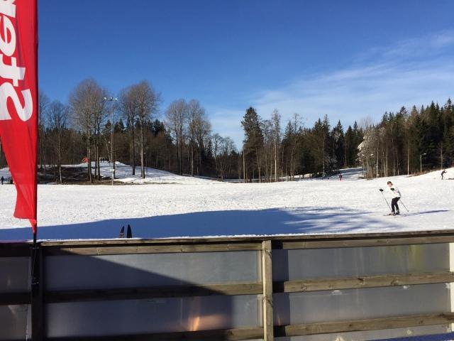 Solen lyser som så många gånger förr på Borås skidstadion. Spåret är nu ca 3,7 km