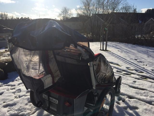 Thule Chariot CX2. Jag springer med den ca 30 min varannan vecka på vintern. Mer på sommaren. Och sedan har vi den som cykeltransport till dagis, dock med ett par månaders vinterpaus. Förra vintern använde vi den en del i skidspåret, men det har inte blivit av i vinter.