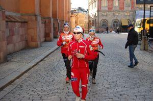 Norska tjejer värmer upp på svenska gator vid Slottssprinten 2009