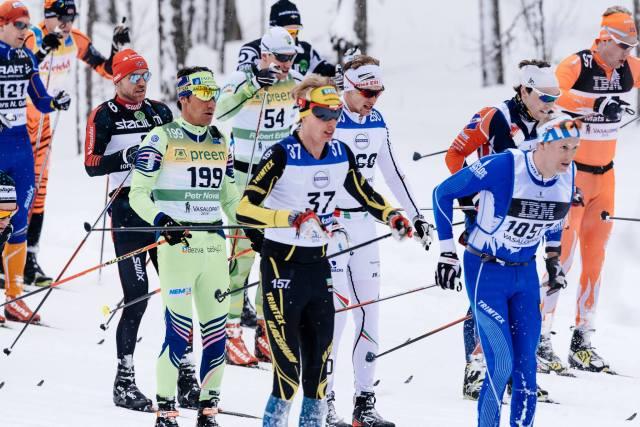 Söndagsåkning på myrarna. På bilden ligger jag före bland annat Petter Eliassen och Tord Asle Gjerdalen. Foto: Magnus Östh.