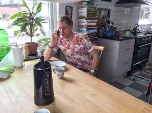 Det blev en del jobbsamtal för Martin Holmstrand, här i vårt kök