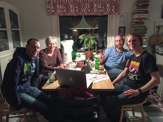 """""""Möte"""" inför 24-timmars i vårt kök med Martin Josefsson, mor Lena Lindberg och Tobias Magnusson. Om du förresten av någon anledningen skulle behöva isolering säljer han det här och om jobbet behövs göras klickar du här."""