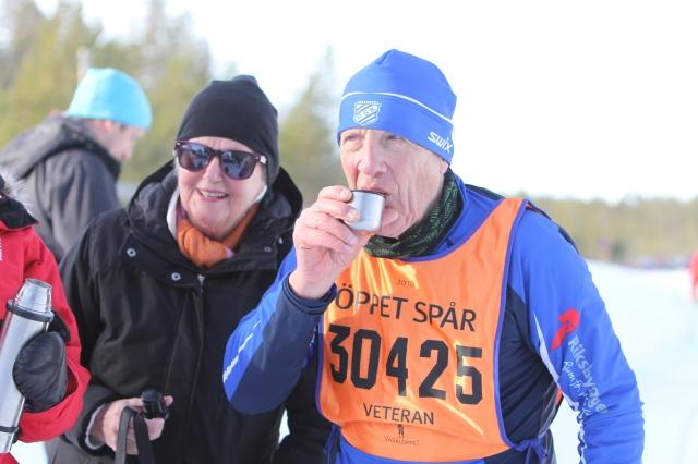Åke Davidsson är bror till Hadar som bor på vår gata. Hadar är 88 år och har kört 48 Vasalopp och åker inga fler. I måndags gick hans bror om med sitt 49:e lopp, om jag fattat det hela rätt.