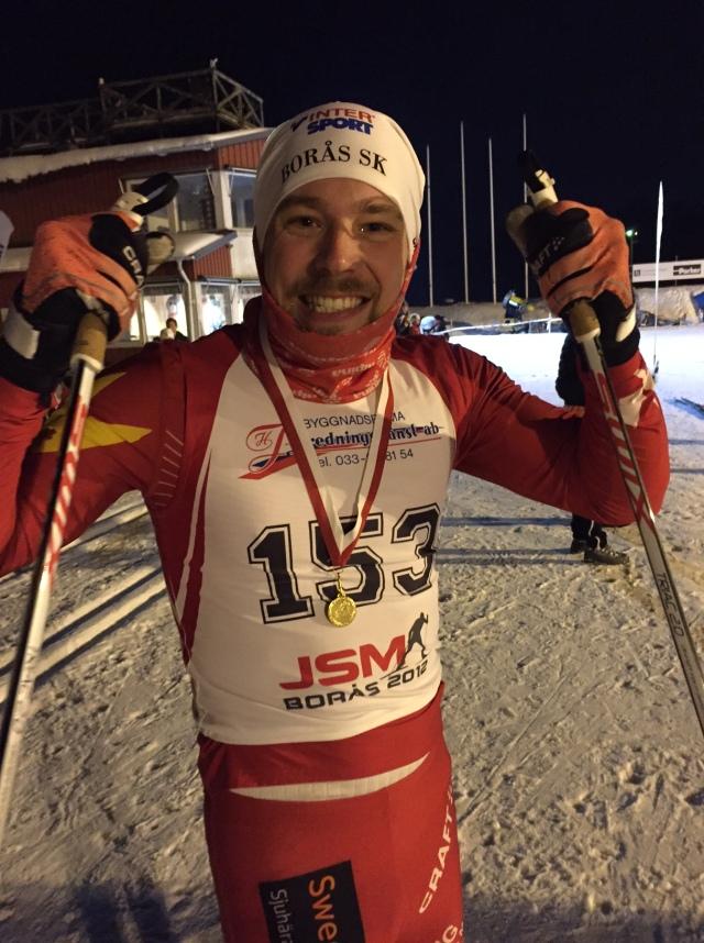 """Daniel Abrahamsson vann det 6 km långa loppet. Jag tror Rickard hängde med ca 3-4 km, men tappade sedan rejält. Jag såg själv när han flög av med besked och fick ta en patenterad """"mikrovila"""" i en backe. Helt enkelt att pausa stakningen några sekunder och stå still i """"sax-läge"""". Rutinerad av världens för närvarande näst bästa skåning i Vasaloppet. Han rådde inte på Linus Larsson, som dock inte tävlar för en skånsk klubb."""