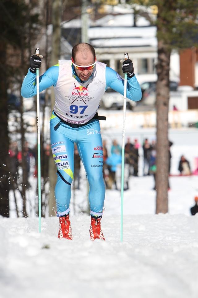 Bob Impola såg piggast ut av alla med 1 mil kvar. Han stannade, borstade, lade på HVC och fick en höjning. Stavar från Six-Ten Ski Products.